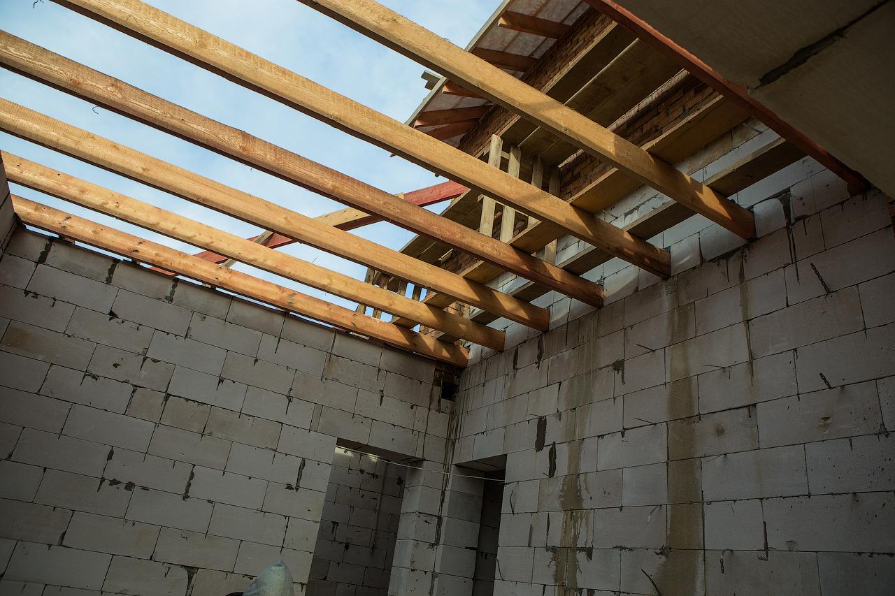 Как правильно сделать потолок при строительстве дома