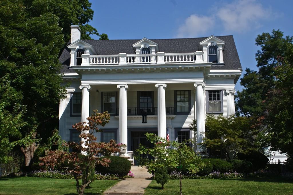 дом колониальный стиль