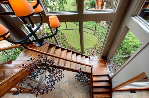 окна деревянные возле лестницы