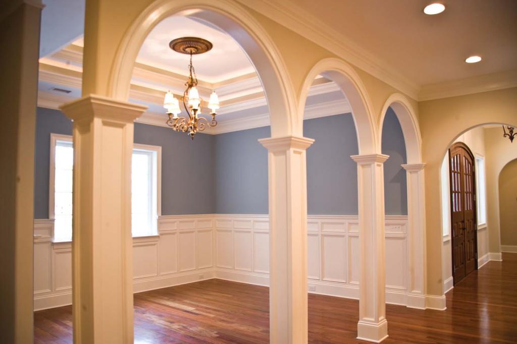 арки с колоннами в коттедже