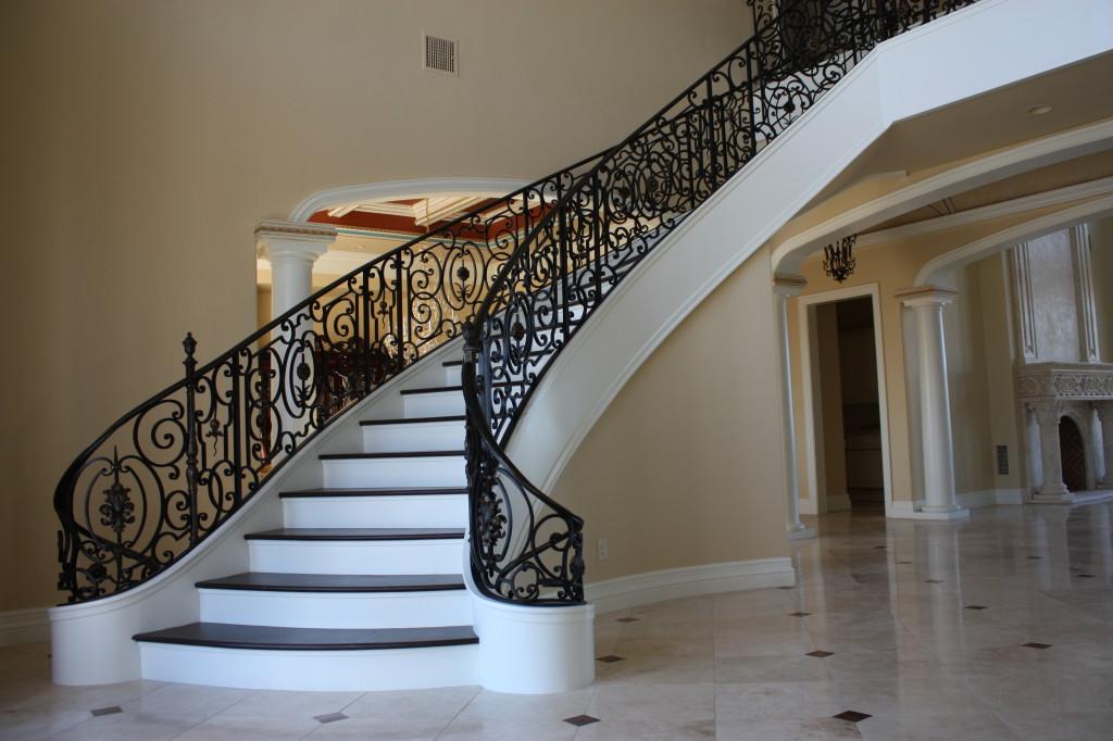 белая лестница с черными ограждениями
