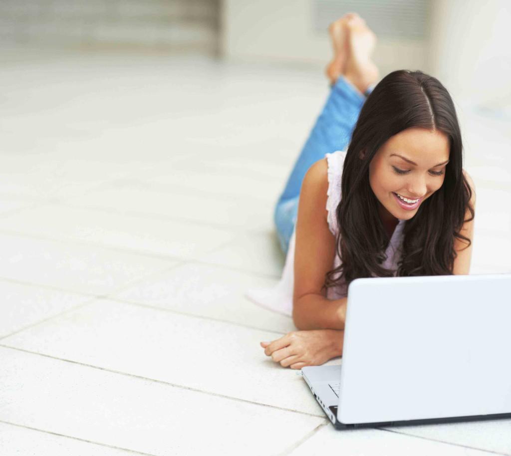 пол с подогревом девушка ноутбук
