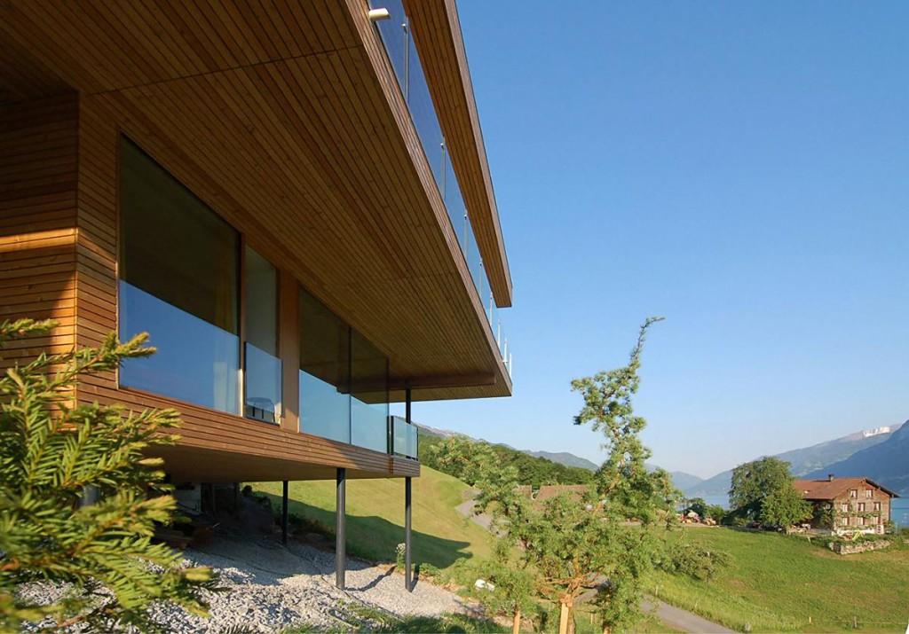 деревянный дом на сваях в горах