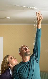 протечка крыши мужчина женщина смотрят на потолок