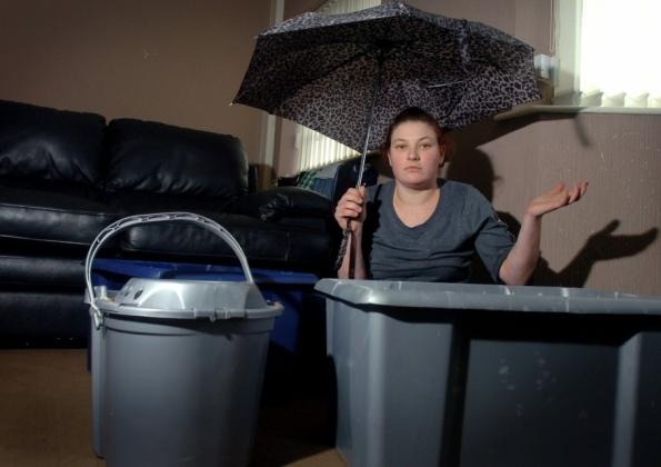 протекает крыша женщина с зонтом