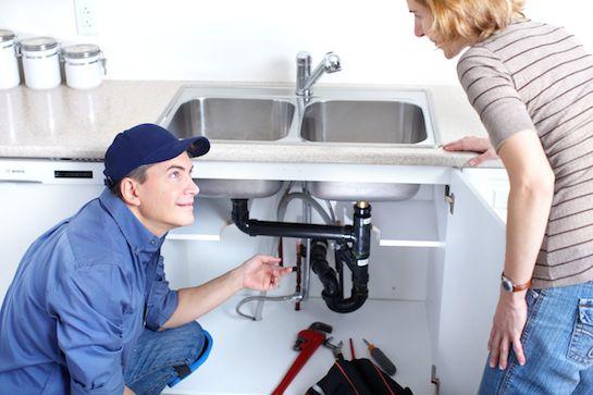 сантехник чинит водопровод