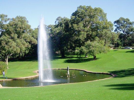 фонтан на озере