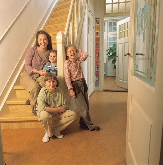 натуральный линолеум лестница