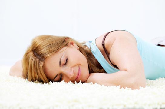 ковер белый женщина лежит