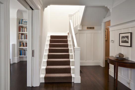 ковер коричневый лестница