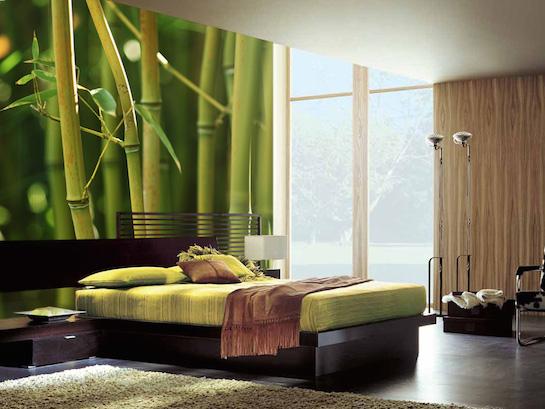 спальня со стенами из бамбука