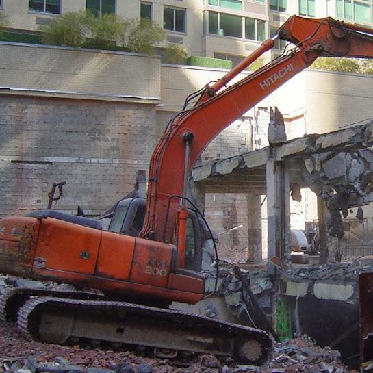 разрушение здания экскаватор