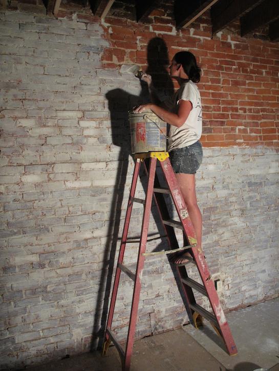 побелка кирпичной стены