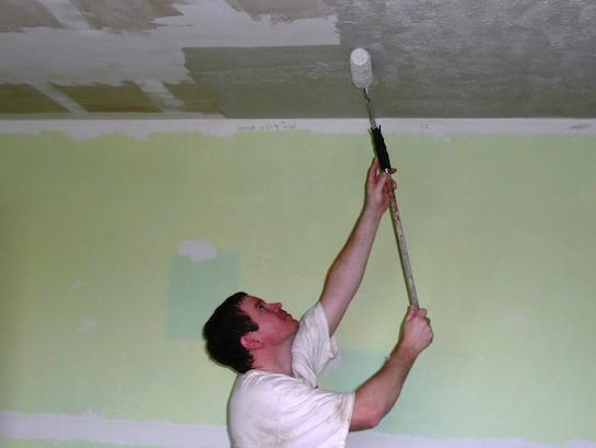побелка потолка валиком