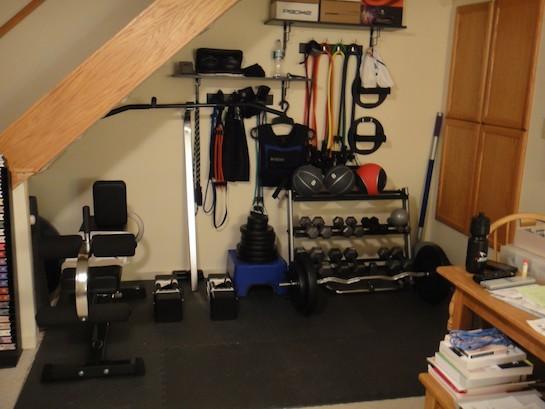 спортивный уголок под лестницей