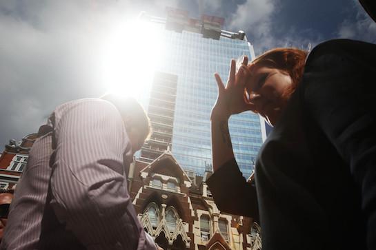 блик от стекол небоскреба
