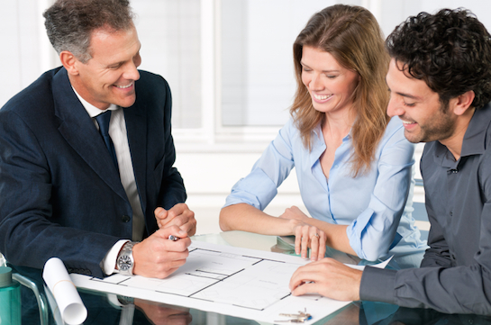 риелтор обсуждает продажу  дома