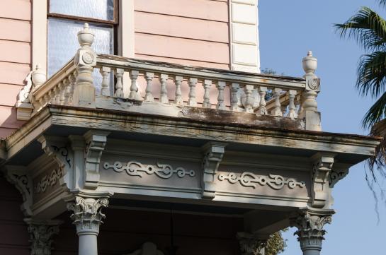 каменный балкон